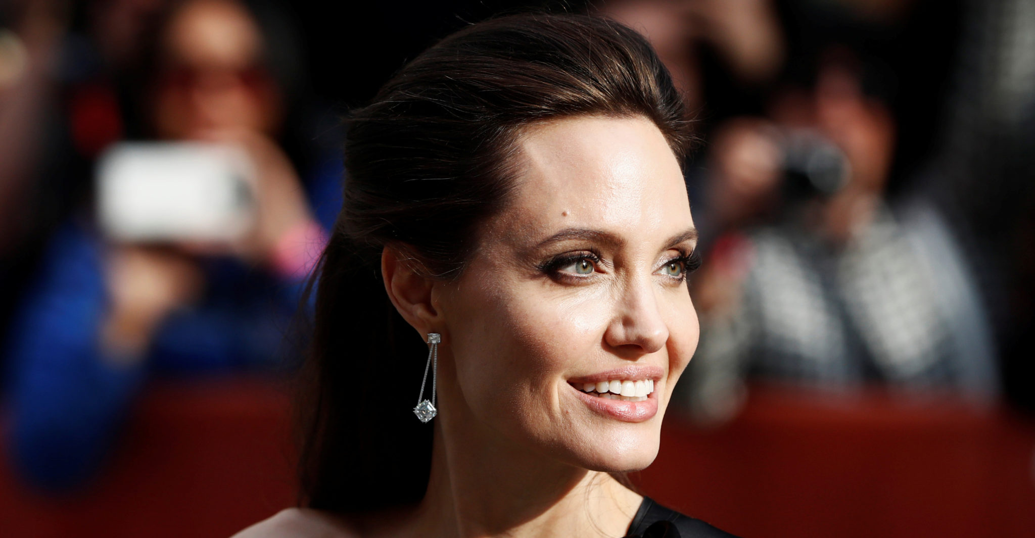 Media: Angelina Jolie urgently placed in a psychiatric clinic 13.08.2018 39